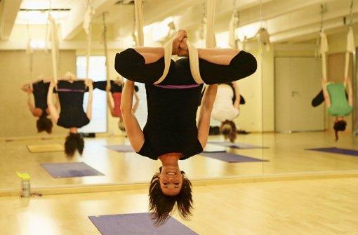anti gravity yoga abh ngen und dabei fit werden sportmix stuttgarter nachrichten. Black Bedroom Furniture Sets. Home Design Ideas