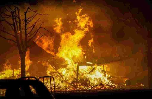 Lagerhalle ein Raub der Flammen