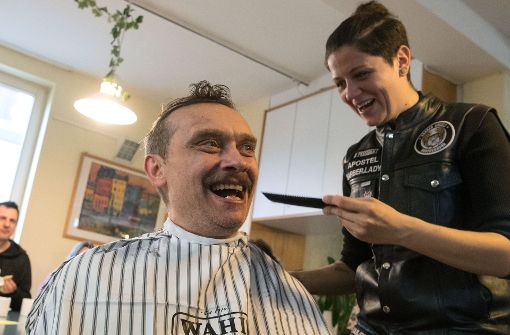 barber angels brotherhood in stuttgart friseure schneiden obdachlosen gratis die haare. Black Bedroom Furniture Sets. Home Design Ideas