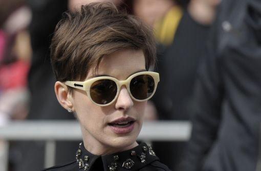 Mit dabei: Schauspielerkollegin Anne Hathaway, die sich mit ihrem Look einmal mehr ...  Foto: AP