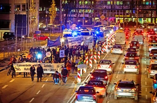Demonstranten ziehen am Montag vom Neckartor zum Schlossplatz und fordern härtere Maßnahmen für bessere Luft. Die Polizei schätzt die Zahl auf etwa 100 Teilnehmer. Foto: Lichtgut/Achim Zweygarth