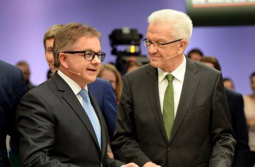 Guido Wolf und Winfried Kretschmann tauschen sich beim Sondierungsgespräch über eine mögliche Zusammenarbeit aus. Foto: dpa