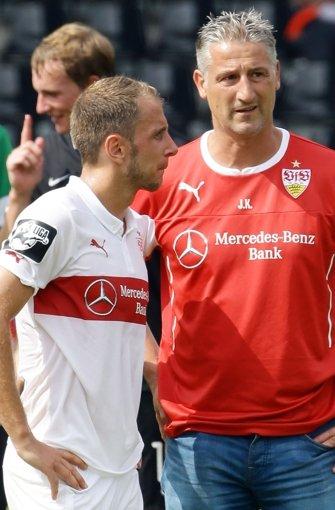 ... er war unmittelbar vor seiner Berufung zum Interimstrainer des Erstligisten Trainer des VfB II in der Dritten Liga. Dieses Bild zeigt ihn mit dem Spieler  Tobias Rathgeb. Foto: Pressefoto Baumann