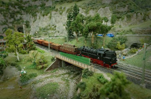 Der Berg wird um die Gleise gebaut