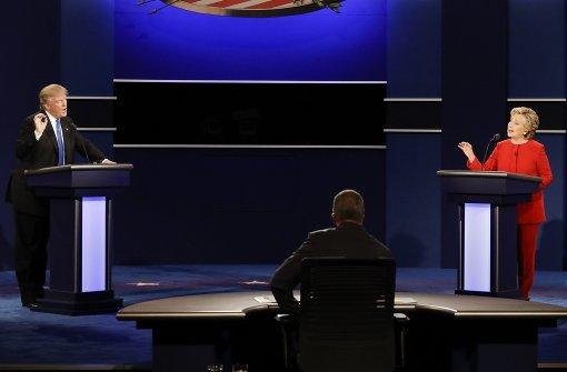Kontrollierte Clinton, echauffierter Trump