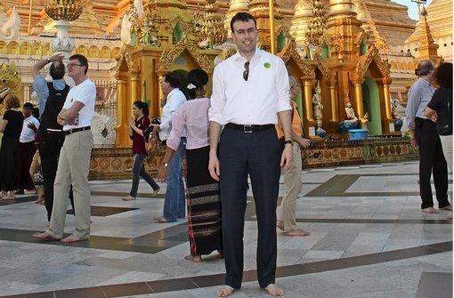 Barfußpflicht: Wirtschafts- und Finanzminister Nils Schmid vor der Shwedagon-Pagode in Yangon, dem Heiligtum der Buddhisten. Foto: Hägele