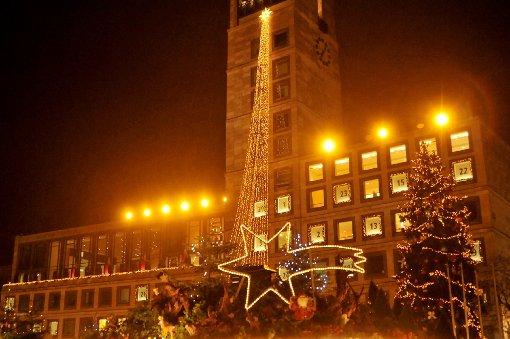 Bei Regen, Wind und Temperaturen um sechs Grad wurde am Mittwochabend der Weihnachtsmarkt in Stuttgart-Mitte offiziell eröffnet. Klicken Sie sich durch unsere Bildergalerie: Foto: www.7aktuell.de/