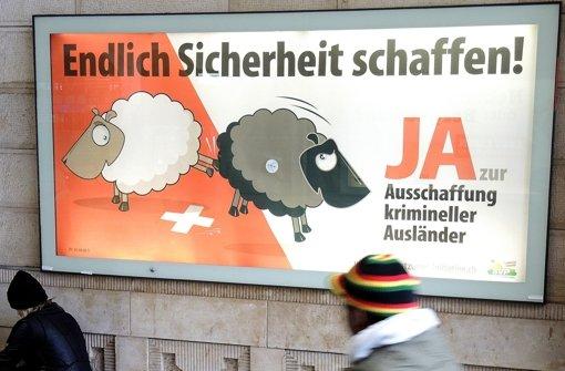 """Wahlplakat der SVP für den Gesetzentwurf zur """"Ausschaffung"""" krimineller Ausländer. Foto: dpa"""