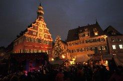 Vor der Kulisse des Esslinger Rathauses hat am Dienstag der Weihnachts- und Mittelaltermarkt seine Pforten geöffnet. Foto: www.7aktuell.de/