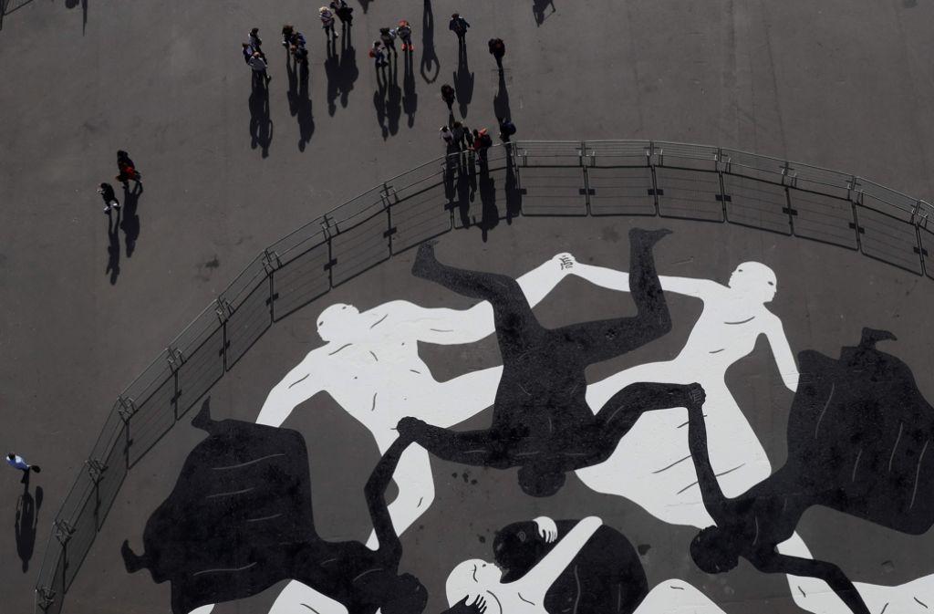 Eiffelturm In Paris Us Künstler Malt Riesiges Straßenkunstwerk