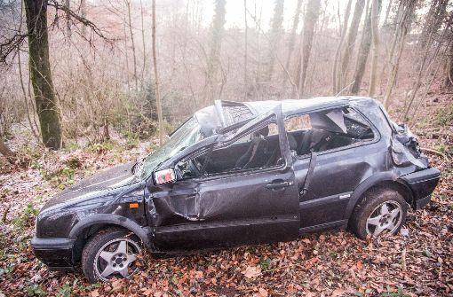 VW-Fahrer schleudert wegen Glatteis in Wald
