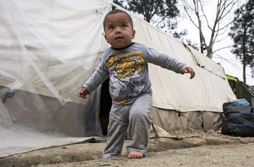 Ein Kleinkind läuft durch das Zeltlager an der griechisch-mazedonischen Grenze. Foto: dpa