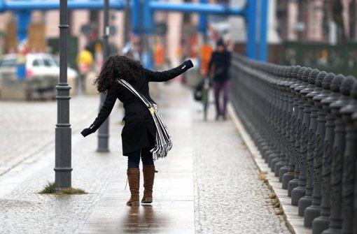 Am Freitag kommt der Regen und damit das Blitzeis - die Straßen werden also gefährlich glatt. (Archivfoto) Foto: dpa