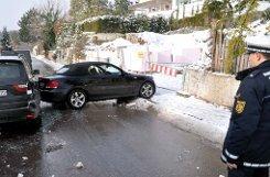 Bei einem Glatteisunfall hat sich in Stuttgart-Frauenkopf ein Auto auf einer Nebenstraße verkeilt. Foto: dpa