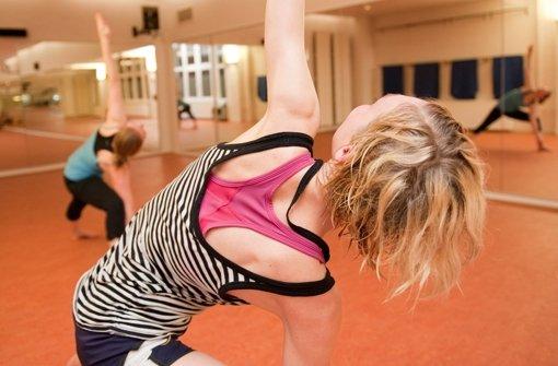 Die Volkshochschule bietet auch einen neuen Yoga-Kurs an. Foto: dpa