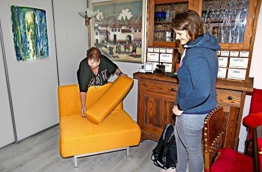 Für den Besuch stehen Klappsessel oder Sofa parat