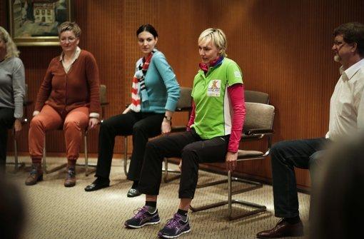 Die Übung beginnt mit einfachem Schulterkreisen: Aufrecht sitzen, erst  beide Schultern  kreisen lassen ... Foto: Leif Piechowski