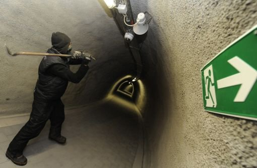 Ein Gegner des Bahnprojekts Stuttgart 21 schlägt mit einem Brecheisen Überwachungskameras von der Decke des fluchtwegs im Wagenburgtunnel. Foto: dpa