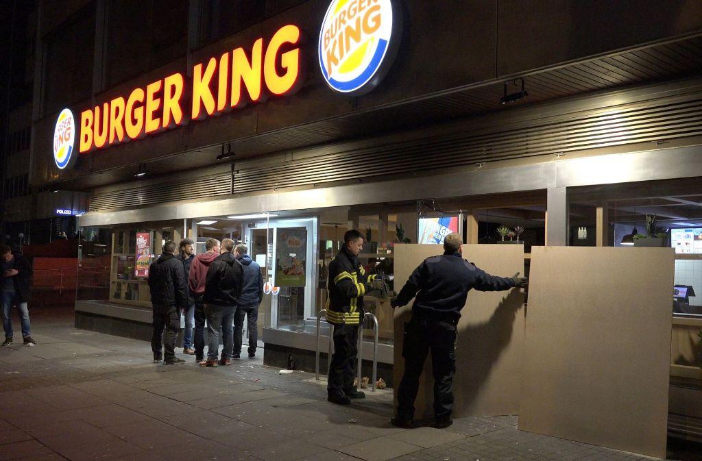 theodor heuss stra e in stuttgart jugendliche treten erneut scheibe von burger king ein. Black Bedroom Furniture Sets. Home Design Ideas