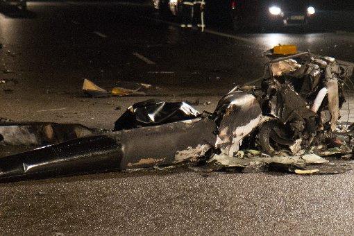 Es hätte ein Alptraum mit vielen Opfern sein können: Ein Hubschrauber stürzt auf die Autobahn. Der Pilot stirbt. Nun ist die Autobahn wieder frei. Wie genau es zu dem Unfall kam, muss noch geklärt werden.  Foto: www.7aktuell.de/Becker,Gerlach