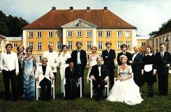 Das gelbe Landschloss ist das Markenzeichen der Guldenburgs, die am 29. Januar 1987 das erste Mal über den Äther laufen. Die ZDF-Serie über zwei im Clinch liegende Bier-Dynastien ist hochkarätig besetzt: Die Grandes Dames Christiane Hörbiger und Ruth Maria Kubitschek sind es, die der Serie ihren Stempel aufdrücken. Foto: ZDF/Köhler