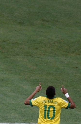 Hofft bei der WM in Brasilien auf Unterstützung von oben für die Gastgeber: Neymar Jr. Foto: dpa