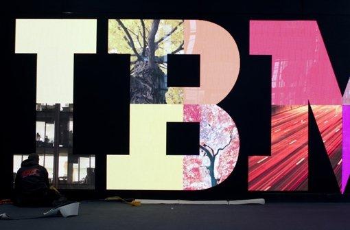 Schriftzug von IBM auf der Cebit  in Hannover (Archvibild). Der IT-Riese  will noch mehr Geld mit der Analyse von Daten verdienen Foto: AP