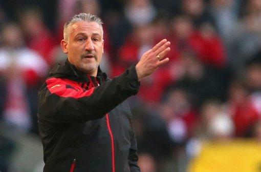 Jürgen Kramny will mit dem VfB Stuttgart gegen Hannover 96 die Serie von acht ungeschlagenen Spielen möglichst mit einem Sieg ausbauen. Die Startaufstellung stellen wir in der folgenden Bilderstrecke vor. Foto: Bongarts