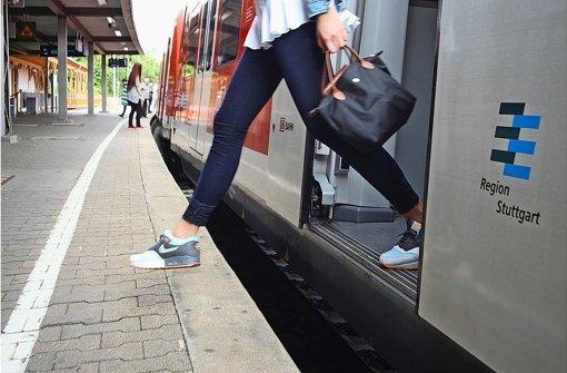 Mutig über den Spalt an Bahnsteig 1 in Feuerbach Foto: Jan Reich