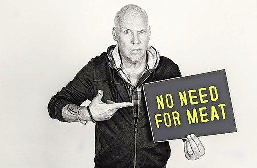 """No Need for Meat: der Musikmanager Andreas """"Bär"""" Läsker, den man den Fünften der Fantastischen Vier nennt, hat eine Mischung aus Biografie, Kochbuch und Essay geschrieben Foto: Charalambos Triantafillidis"""