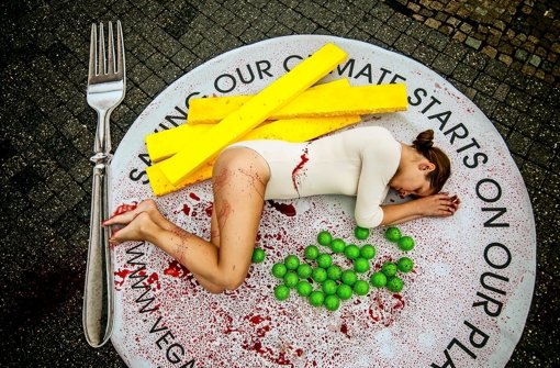 Mit Lena Strobel als lebendes Stück Fleisch ruft Peta Deutschland zu veganer Ernährung auf Foto: Lichtgut/Max Kovalenko