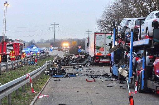 Ein schwerer Unfall hat sich in der Nacht auf der B27 nahe Filderstadt ereignet. Nach einer Polizeikontrolle war es zu einer Verfolgungsjagd gekommen.  Foto: dpa