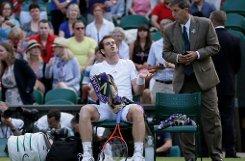 Andy Murray diskutiert mit dem Schiedsrichter. Foto: AP/dpa