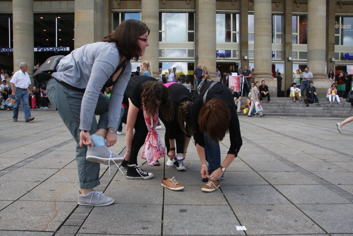 Walk a mile in my shoes: Kleiner Schuh-Flashmob in der Stuttgarter City