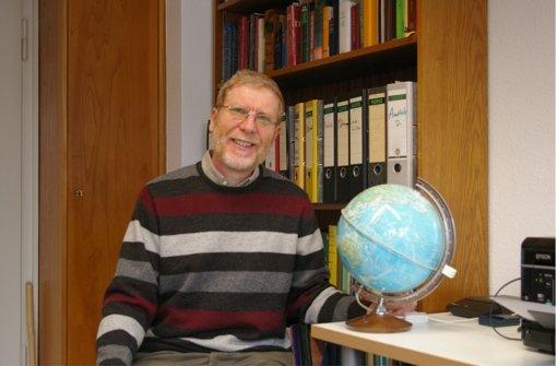 Der Globus hat seinen Stammplatz auf Winfried Maier-Revoredos Bürotisch. Foto: Alexandra Kratz