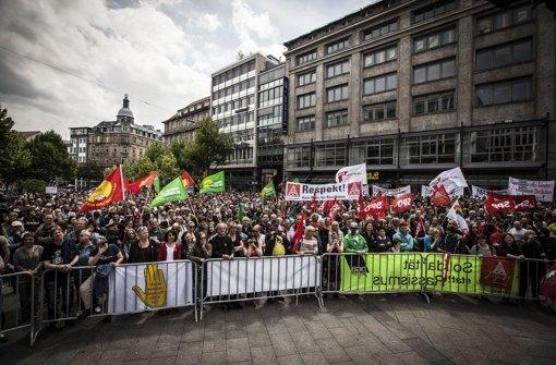 Die Polizei sah hier kein Durchkommen für die Pegida-Demonstranten und setze Busse ein Foto: Lichtgut/Leif Piechowski