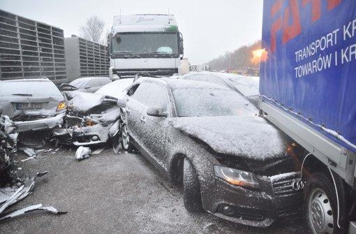 Bei einer Massenkarambolage mit rund 40 Fahrzeugen auf der Autobahn 6 im Kreis Schwäbisch Hall sind zwei Menschen ums Leben gekommen.  Foto: Fotoagentur Stuttgart