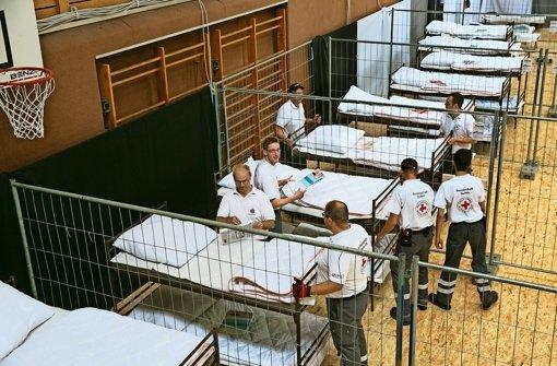 Helfer errichten in der Wölkhalle ein Massenquartier. Bald können sie es wieder räumen. Foto: Horst Rudel