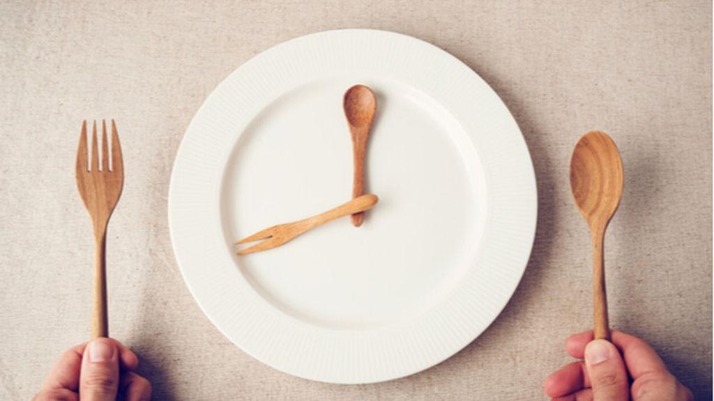 Intermittierendes Fasten, um Gewicht zu verlieren, wie es geht