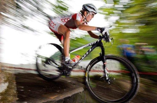 In Baden-Württemberg wird auch künftig die Zwei-Meter-Regel gelten. Demnach dürfen Radfahrer nur Waldwege befahren, die mindestens zwei Meter breit sind - Bundesländer wie Hessen oder Bayern haben diese Regelung aufgehoben. Foto: dpa