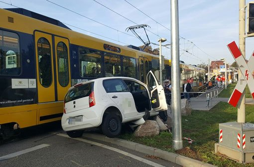 Auto kracht gegen Stadtbahn
