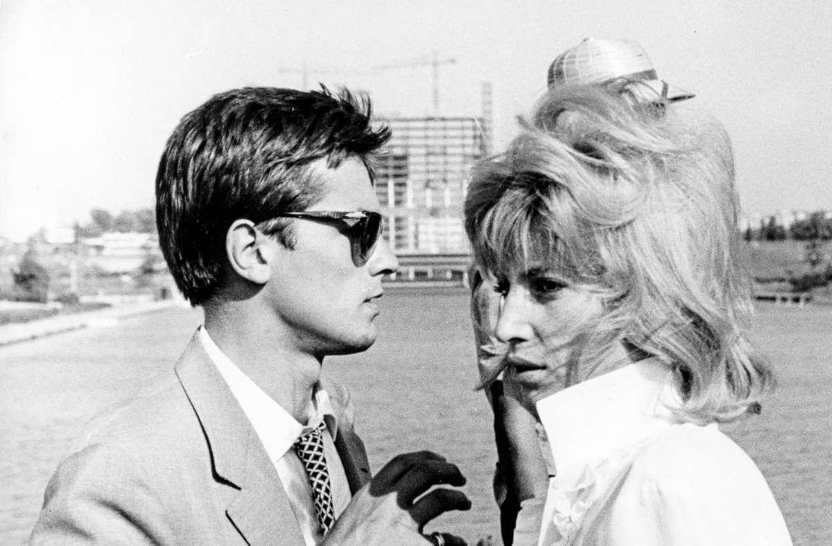 Romy Schneider Und Alain Delon Als Verlobtes Paar Um 1960 Auf Einer Hollywoodschaukel Stuttgarter Nachrichten