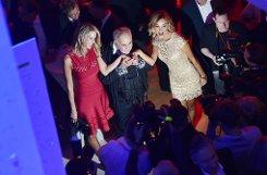 ... Star-Figaro Udo Walz (Mitte, mit Verona Pooth (rechts) und Miriam Friedrich auf der Bertelsmann-Party in Berlin), der einfach zur Schere griff - und ab war die Mähne.  Foto: dpa