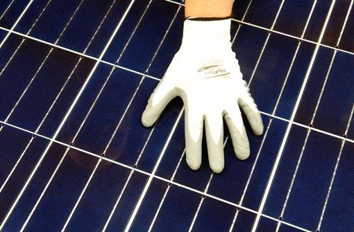 Herkömmliche Solarzelle beim Qualitätscheck – eine neue Technologie mischt die Forschung auf. Foto: dpa