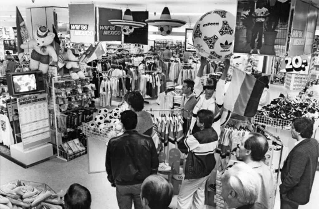 1986 bertr gt das kaufhaus hertie mit einem kleinen fernsehger t die fu ball wm von mexiko. Black Bedroom Furniture Sets. Home Design Ideas