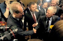 Der Grünen-Politiker Fritz Kuhn (rechts) wird am Montag für die nächsten acht Jahre das Amt des Oberbürgermeisters in Stuttgart übernehmen, er löst damit Dr. Wolfgang Schuster (CDU, links) ab. Foto: Schuster gratuliert Kuhn zu seinem Erfolg bei der Oberbürgermeisterwahl am 21. Oktober 2012. Foto: dpa