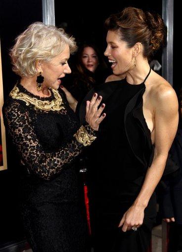 Bewundert Helen Mirren das Keid von Jessica Biel? Die 30-Jährige trug einen Entwurf von Gucci. Foto: AP