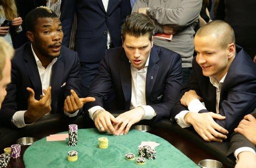 Geoffroy Serey Dié, Daniel Ginczek und Adam Hlousek (von links) am Pokertisch. In unserer Fotostrecke sehen Sie weitere Bilder vom Neujahrsempfang des VfB Stuttgart. Foto: Pressefoto Baumann