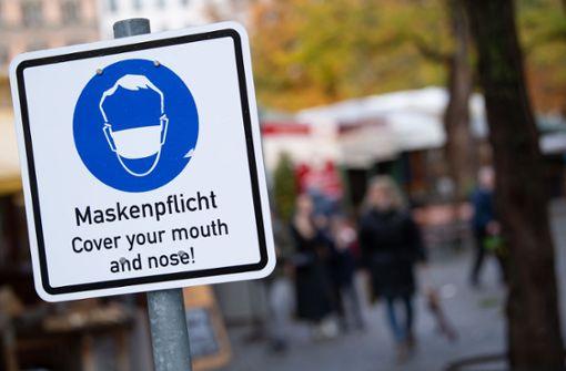 Die Maskenpflicht gilt in vielen Innenstädten auch im Freien