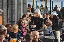 In einem Café an der Uferpromenade in Friedrichshafen drängen sich die Gäste. Foto: dpa